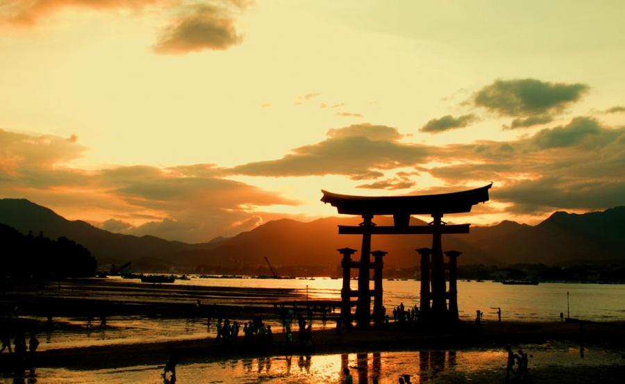 Time zone quirk lets expat in Japan share opposite side of the sunset with parents in U.S.